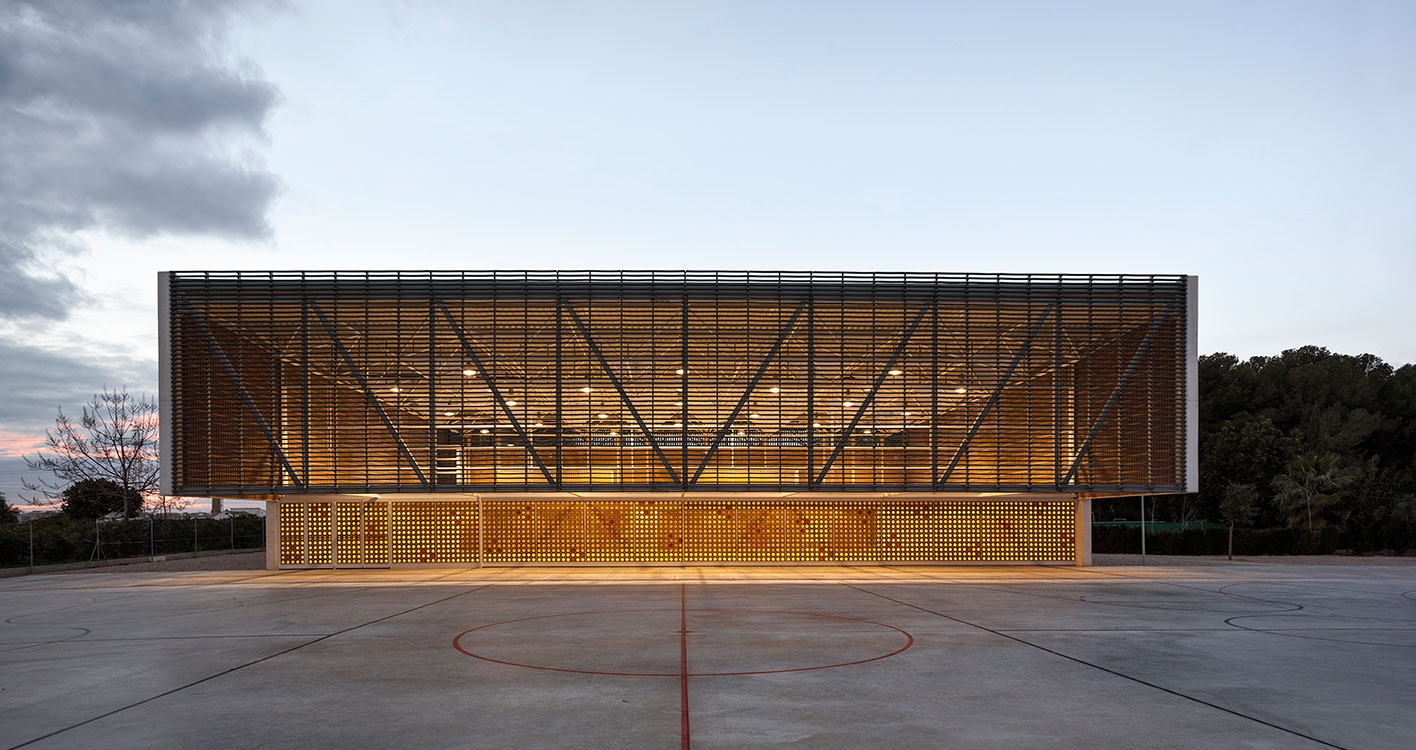 Multipurpose sports hall for Escola Gavina school, was designed by Gradolí & Sanz Arquitectos.