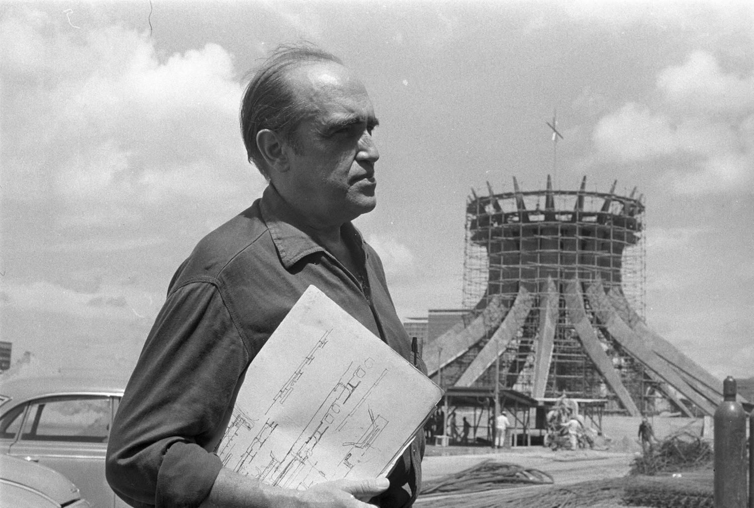 Oscar Niemeyer at the Catedral de Brasília. Photo via CAU/BR.