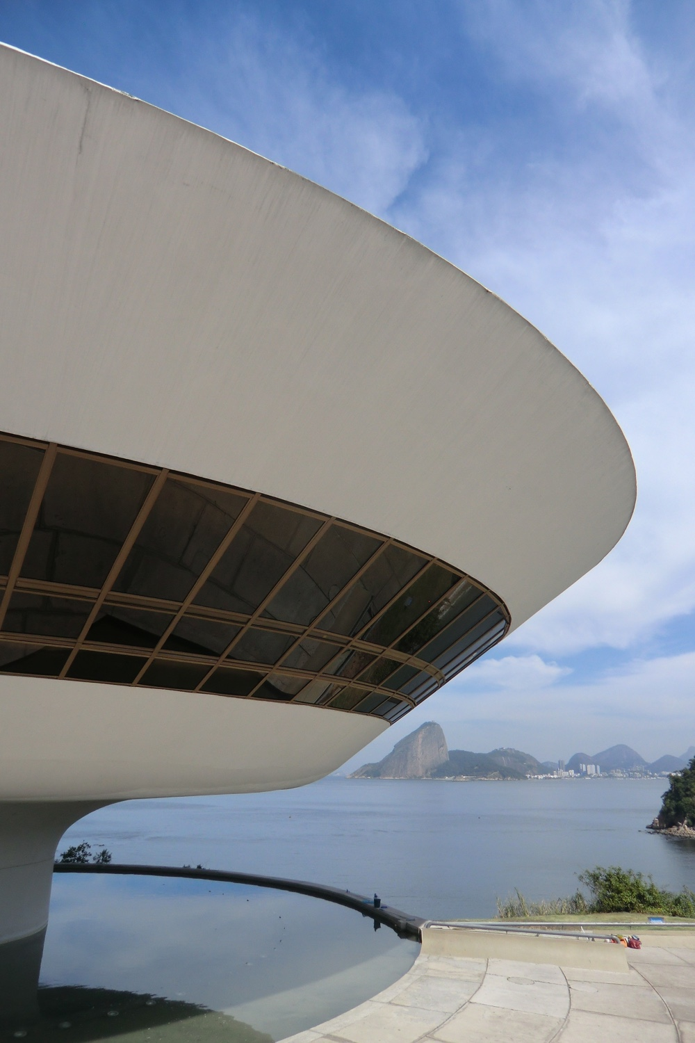 Niterói Contemporary Art Museum view. Photo © Gili Merin via ArchDaily.