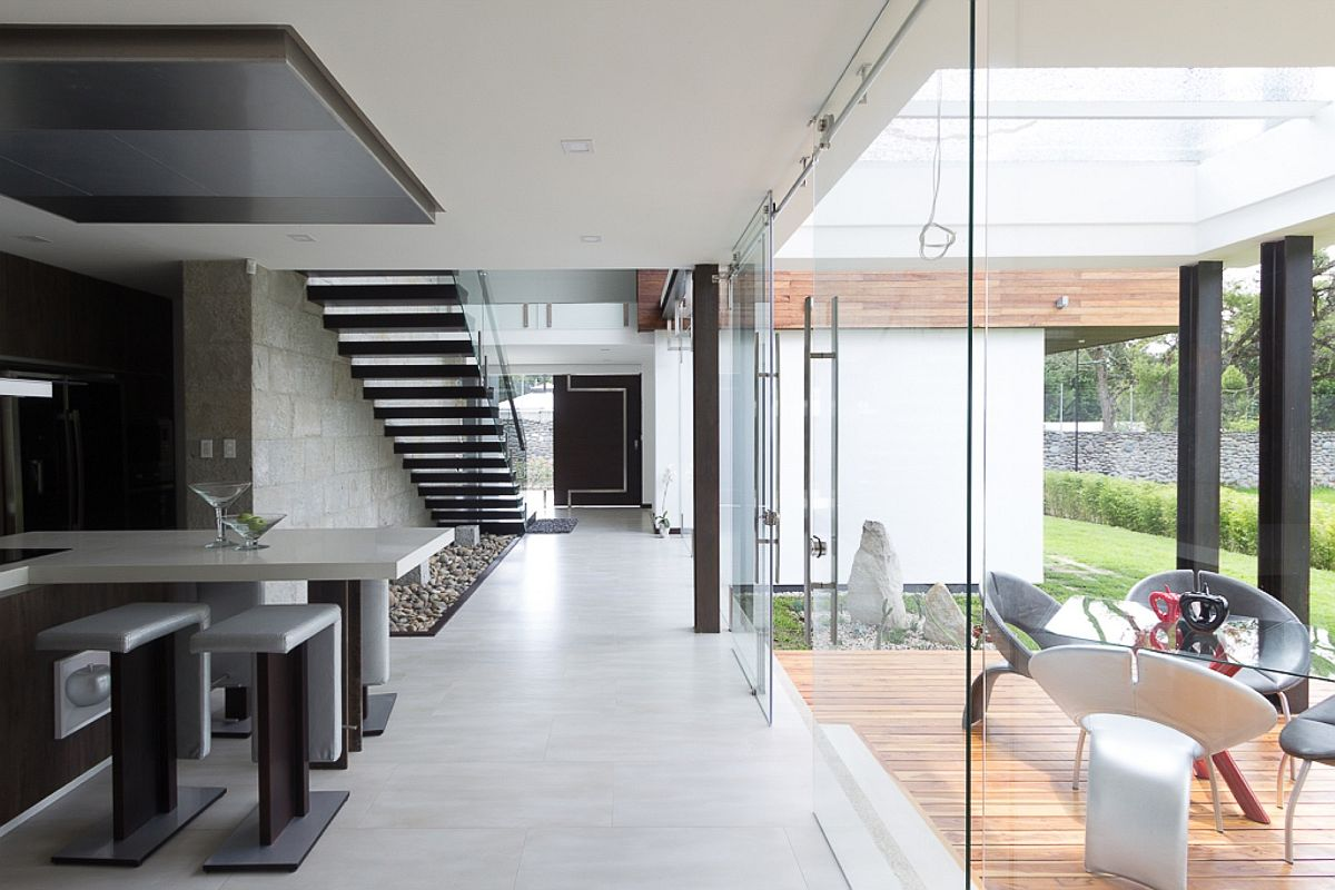 Open interior in stone and concrete with glas walls