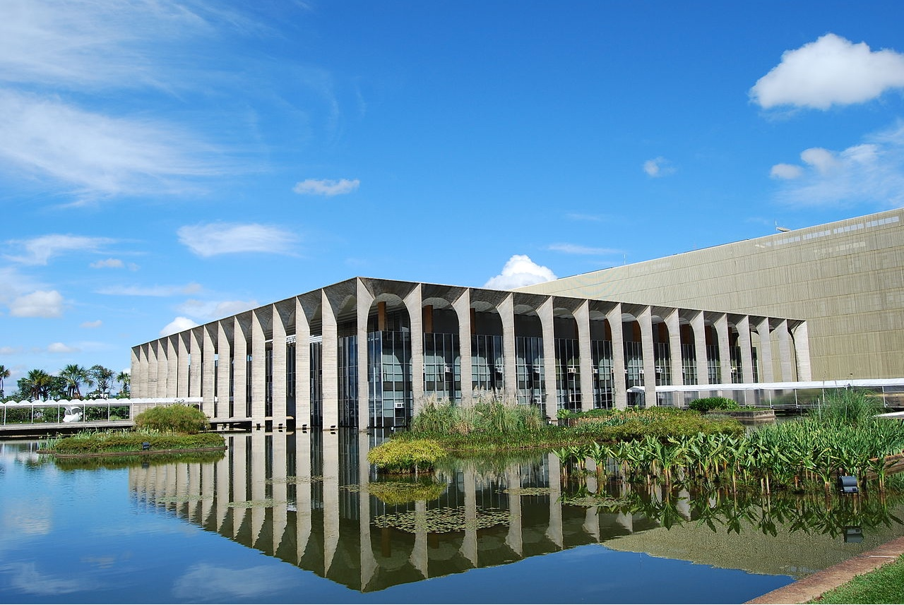 Palácio do Itamaraty, Brasília, Brasil. Photo by A C Moraes via Wikimedia Commons.