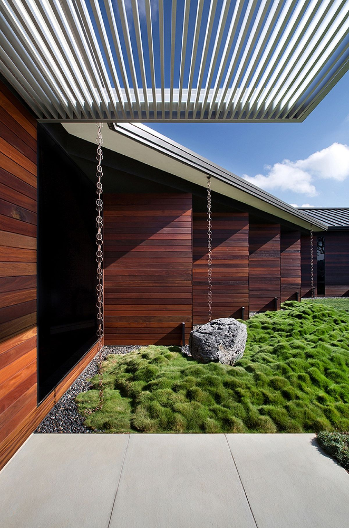 Aluminum overhang, Korean grass and wooden walls give the interior ample visual contrast