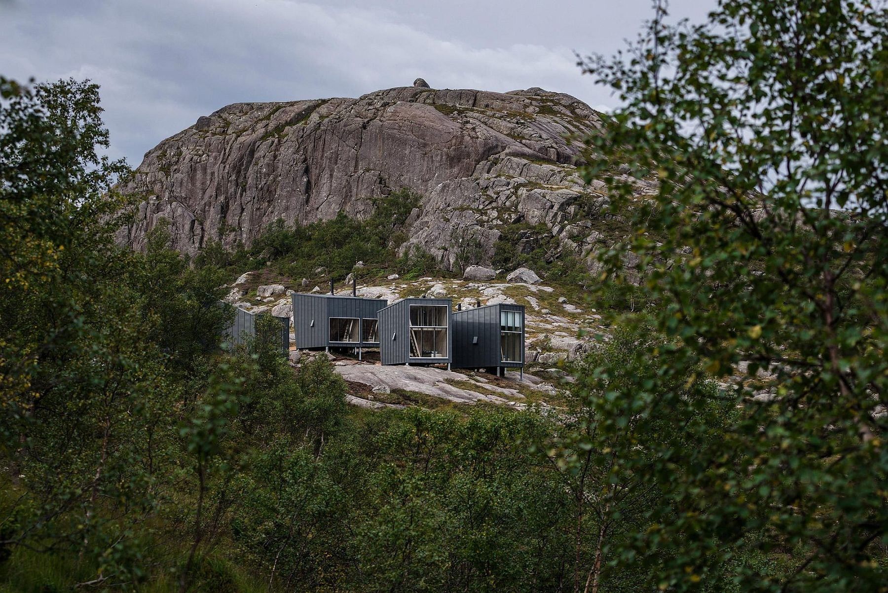 Beautiful mountain lodges with one mail unit and additional sleeping units can house nearly 35 members