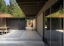 Dark metallic frames, extended roof and raised platform create a smart courtyard