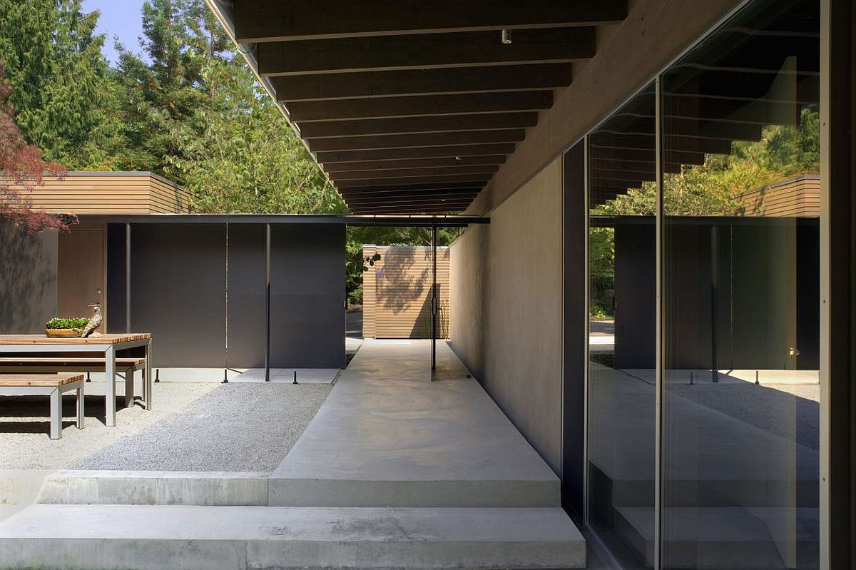 Dark metallic frames, extended roof and raised platform create a smart courtyard