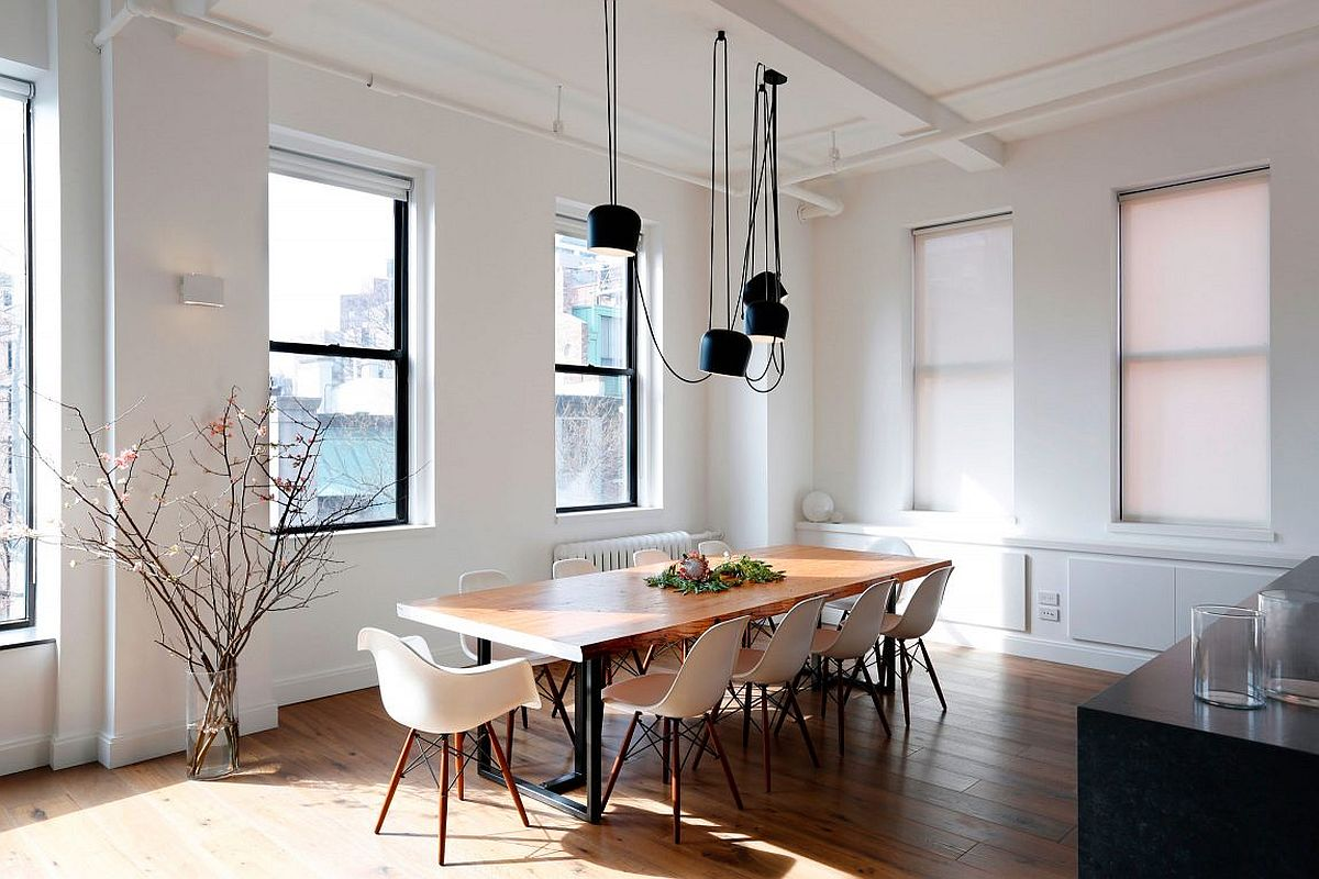 Dashing and dark pendant light above the dining table in black