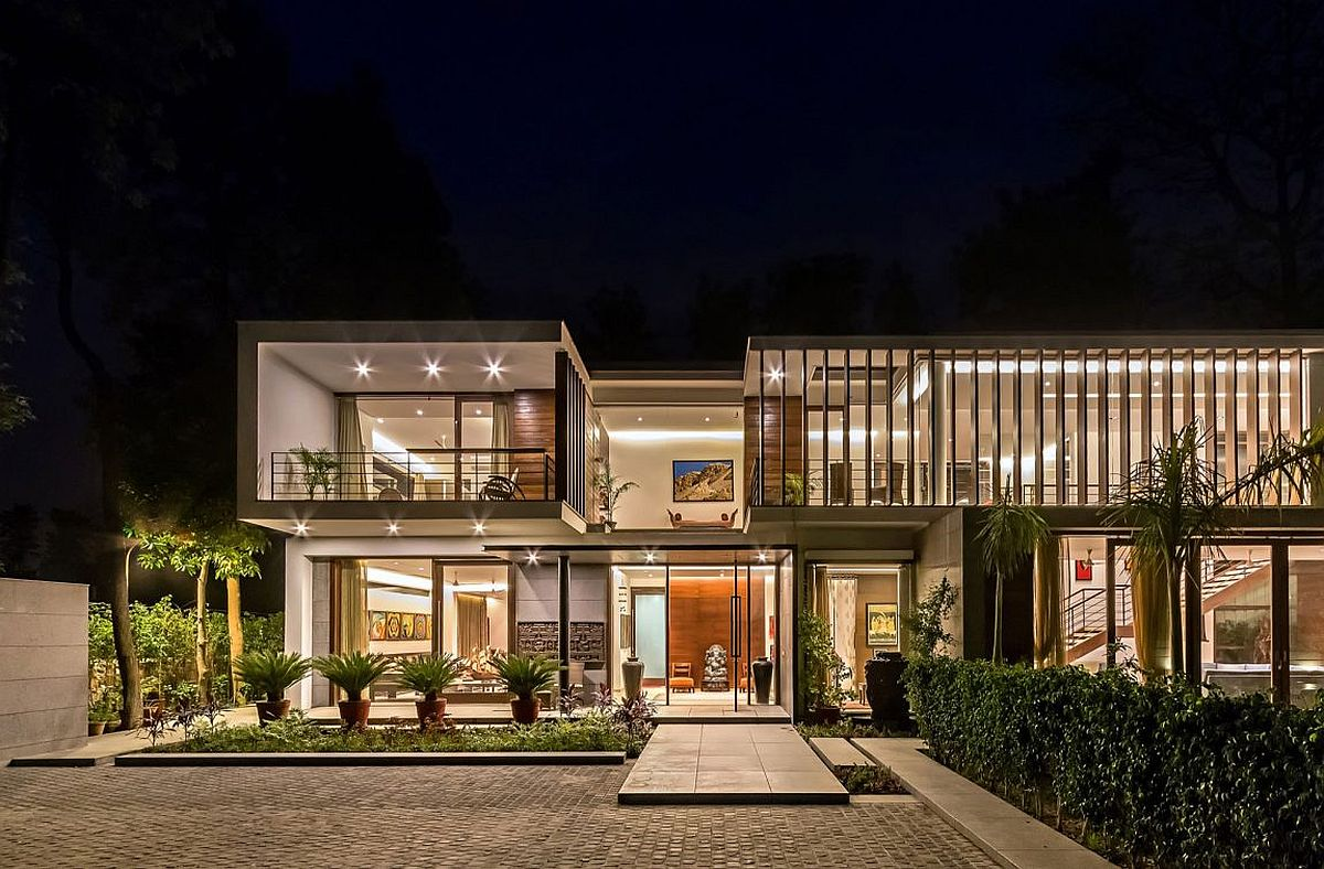 Wooden slats glass walls and modern grandeur gallery for Modern houses in india
