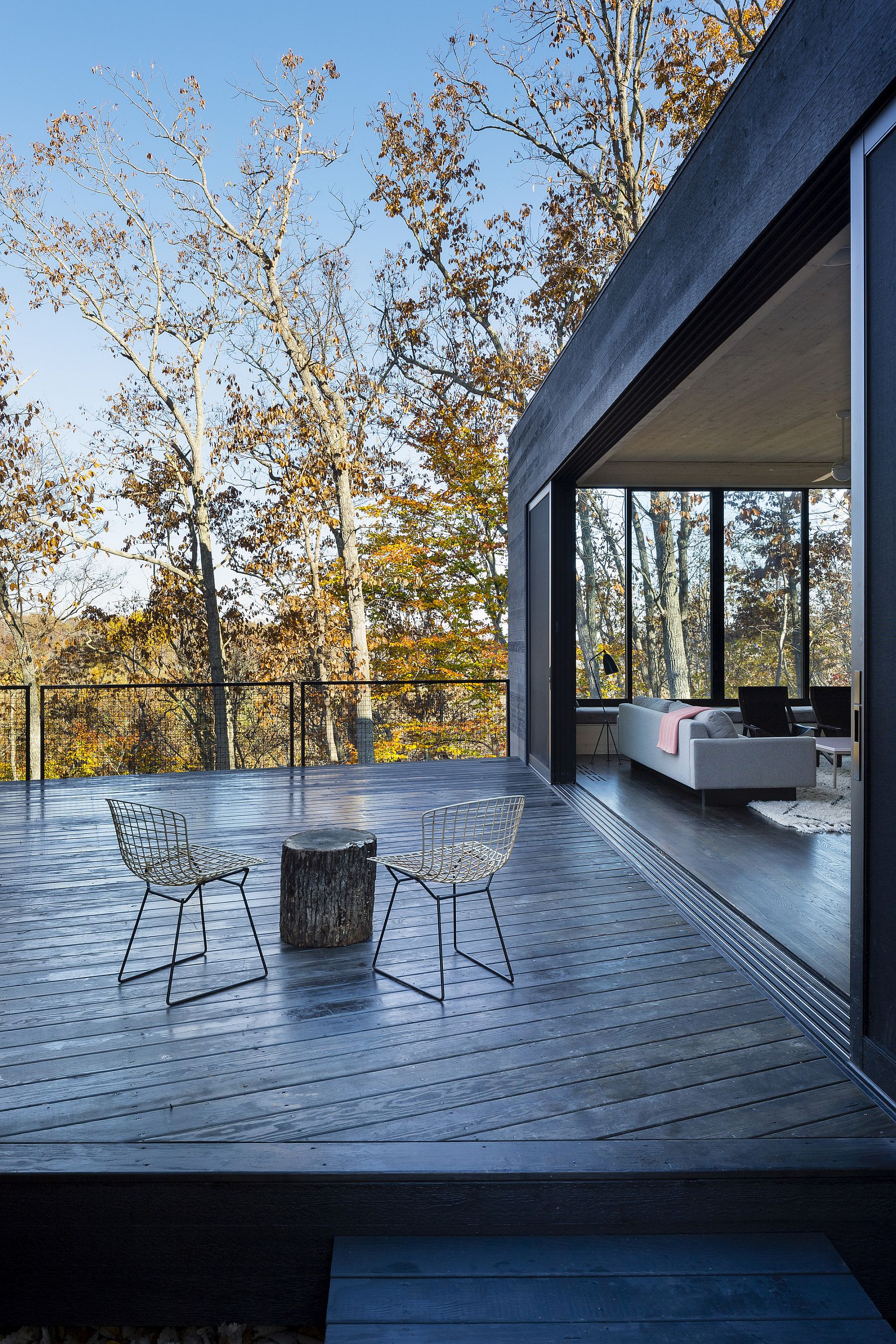 Living are of the house that flows into the deck outside