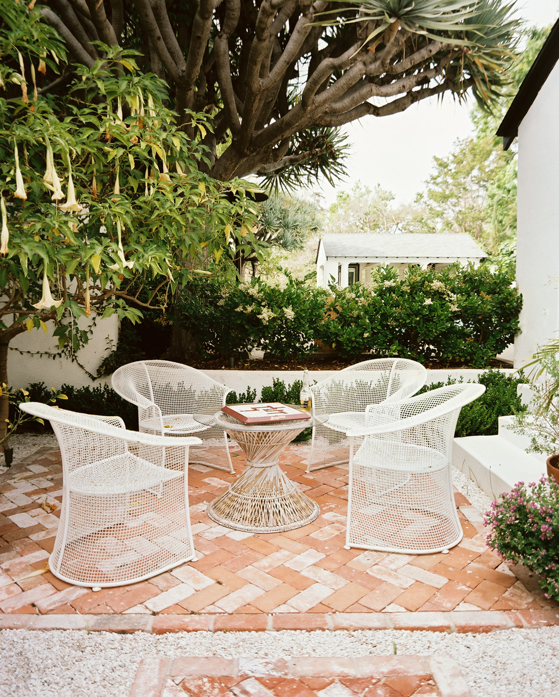 Outdoor patio with modern seating (photo via Lonny)