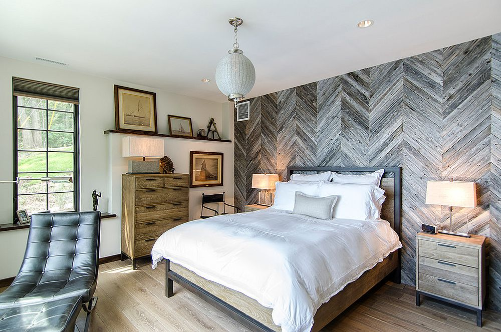 Reclaimed cedar fence turned into a fascinating feature wall in the rustic bedroom [Design: Blansfield Builders]