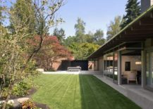 Series of windows and doors connect the gome with the serene private garden