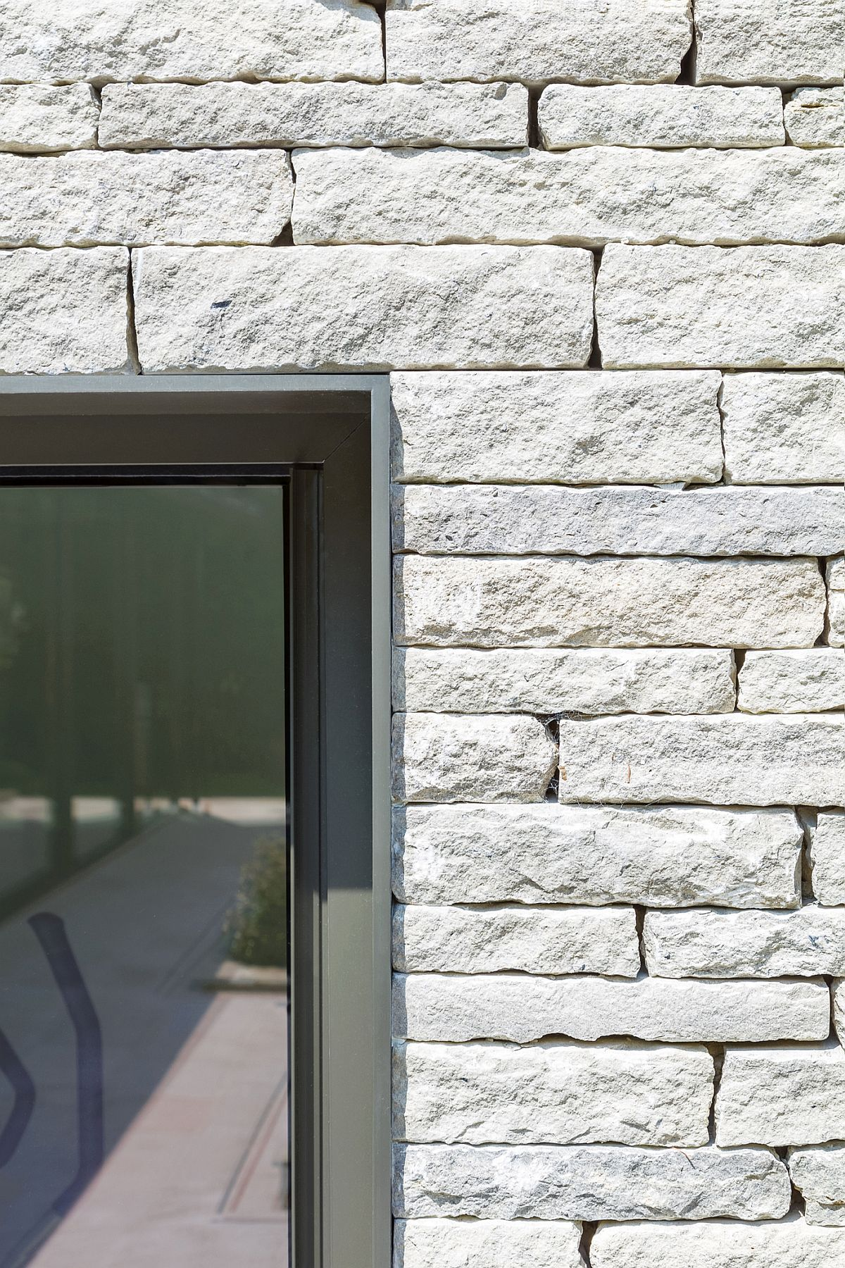 Stone-wall-delineates-the-pool-house-from-the-entry-and-ends-at-the-greenhouse