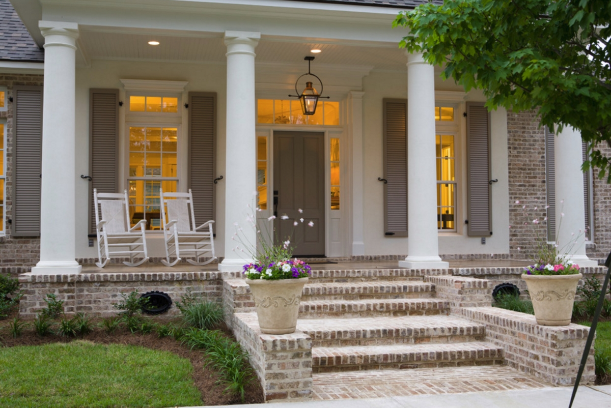 Traditional front porch by Highland Homes