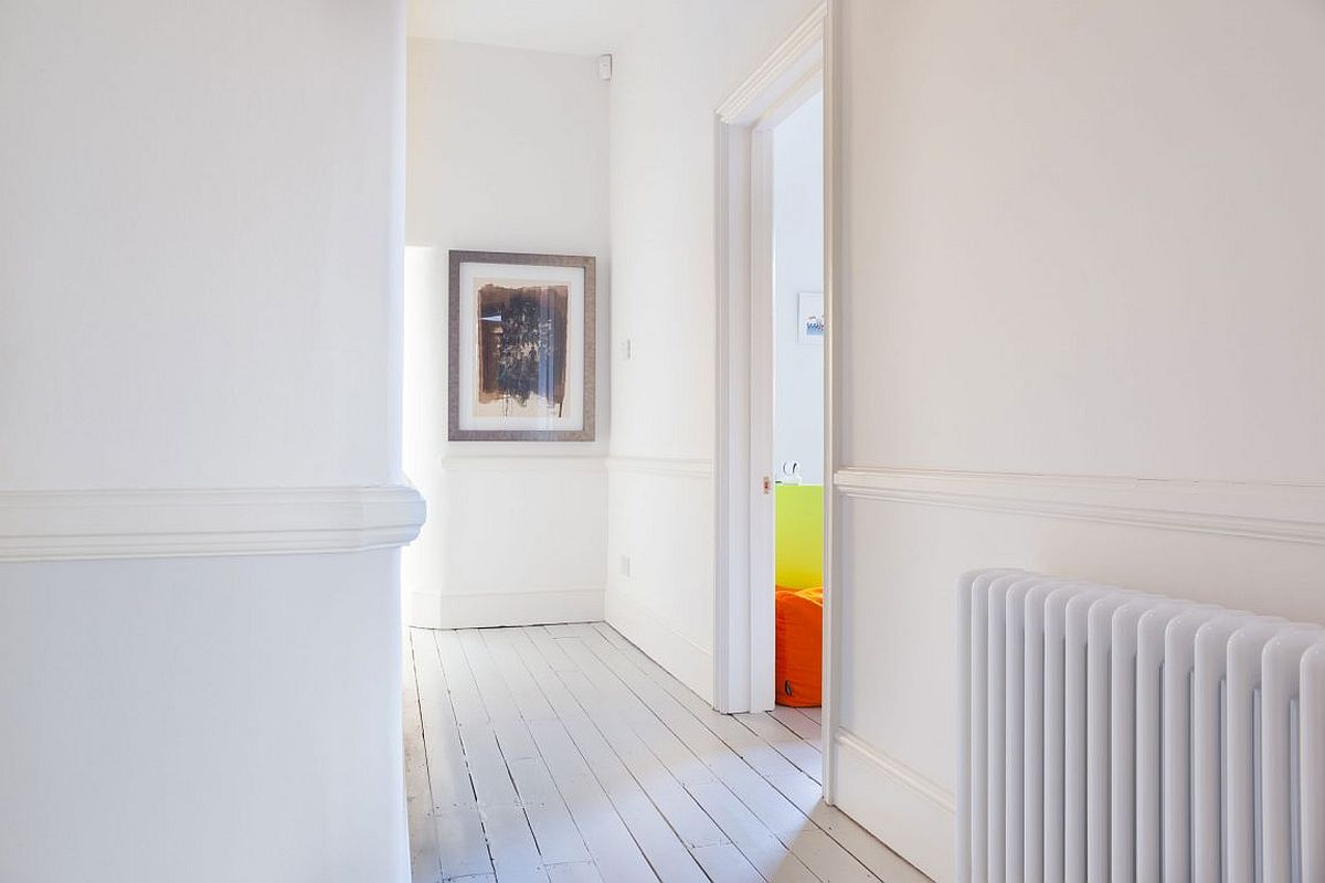 White in the corridor creates the illusion of a cheerful and spacious home