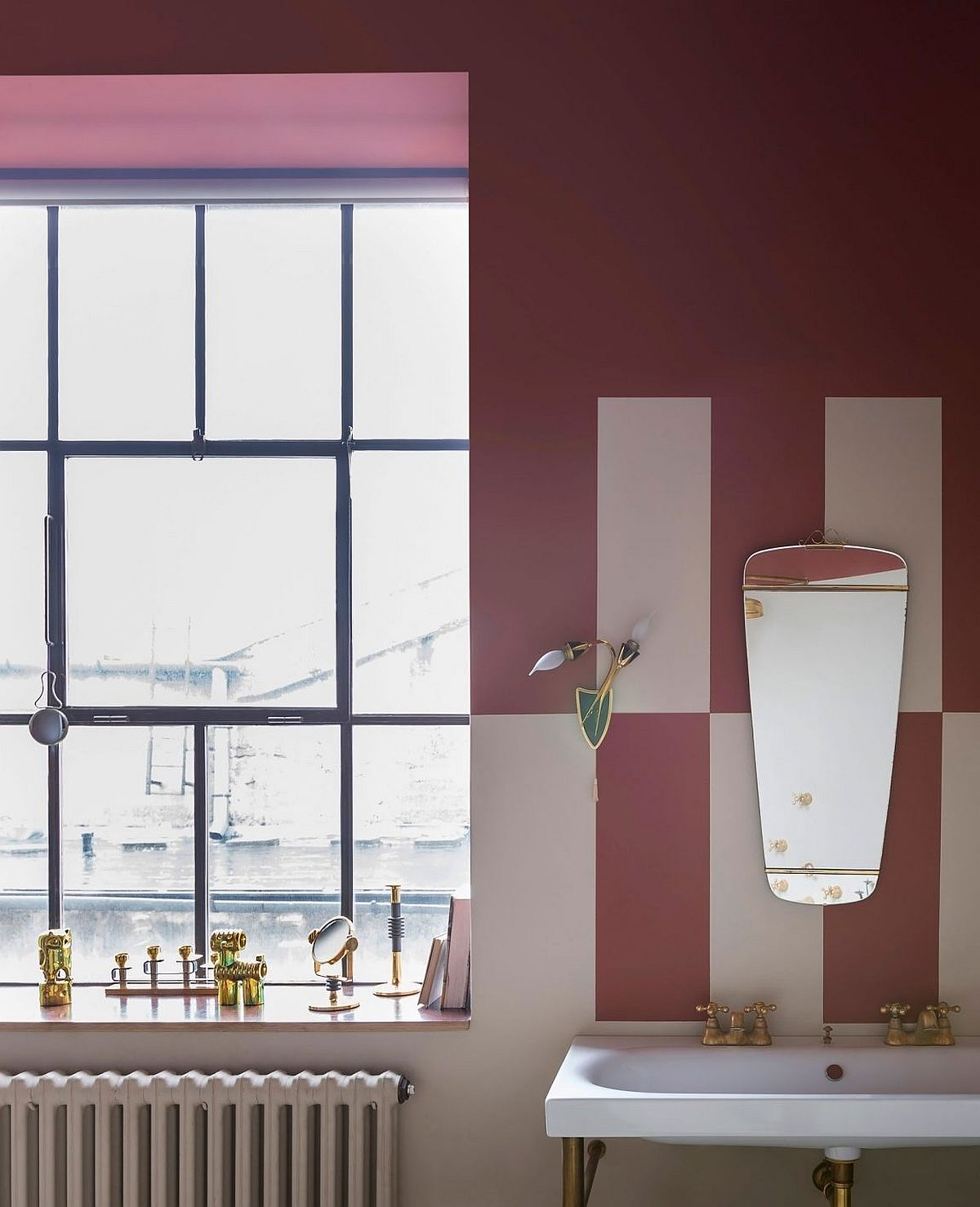 Bathroom in pink and white with a dash of gold