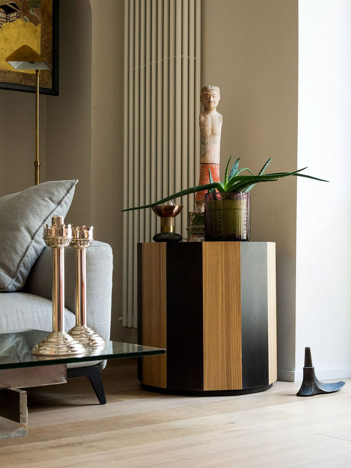 Decor in neutral hues, brright metallics and interesting accessories for the Mialn apartment