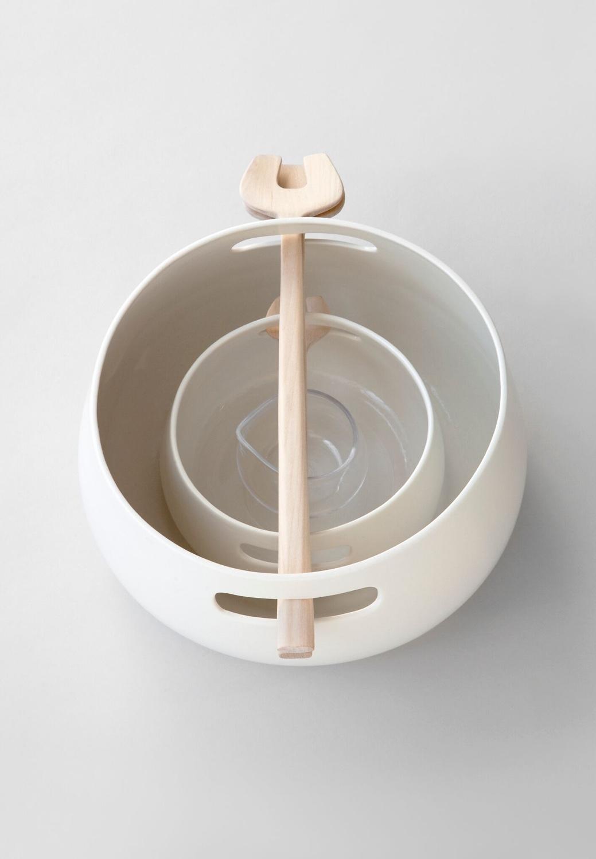KOLMIKKO tableware by Finnish designerMaiju Uski. This clever set comprises alarge and small porcelain bowl, a small glass jug and wooden utensils.Photo by Chikako Harada courtesy ofMaiju Uski.