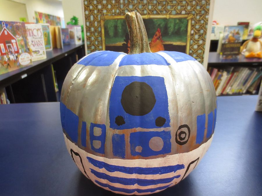 R2D2 Halloween pumpkin can be even crafted by kids!