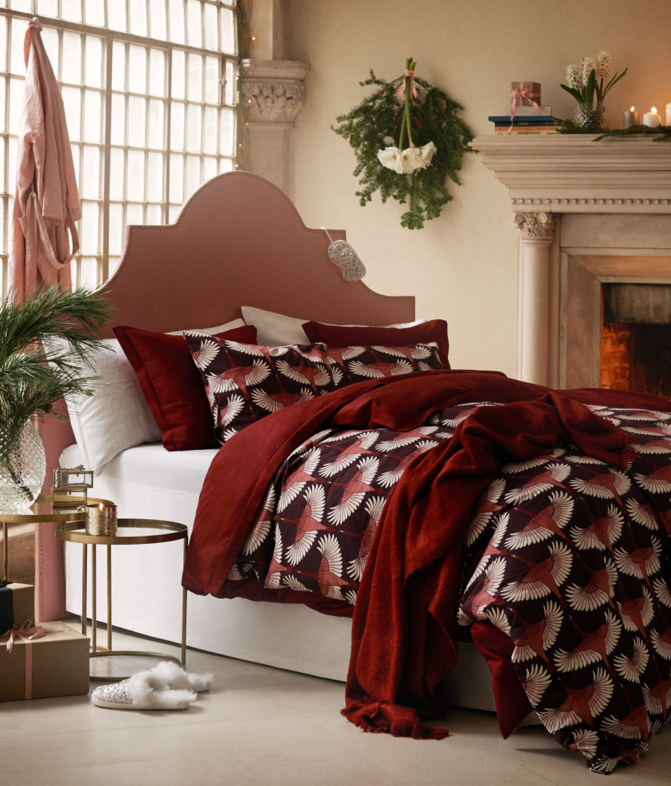 Rosy bedding in a room by H&M Home