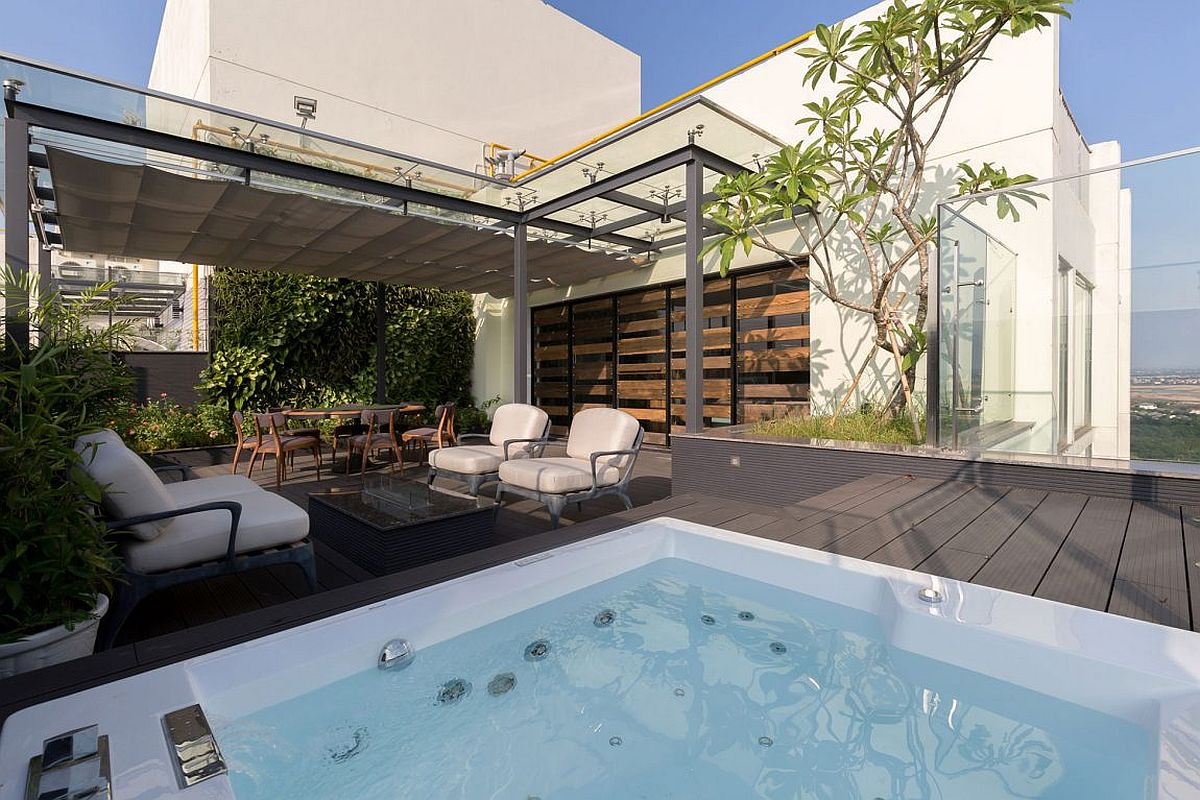 Sky garden with jacuzzi and pergola at Penthouse Ecopark