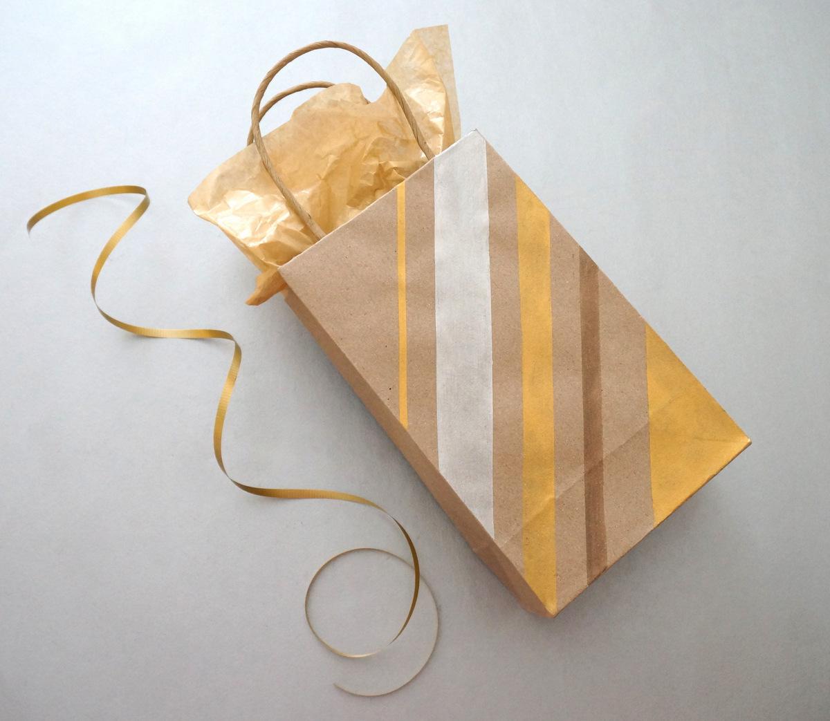 DIY gift bag with stripes