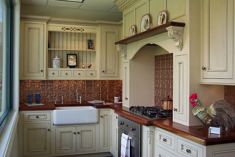 Farmhouse style kitchen with copper style backsplash [Design: Kitchen Creations]