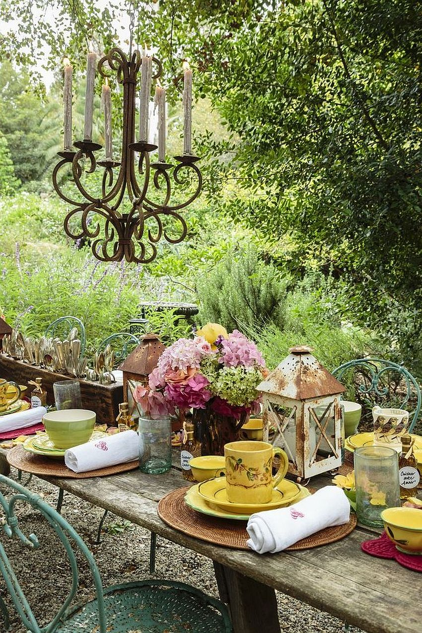 Give the outdoor Thanksgiving dinner party a rustic touch