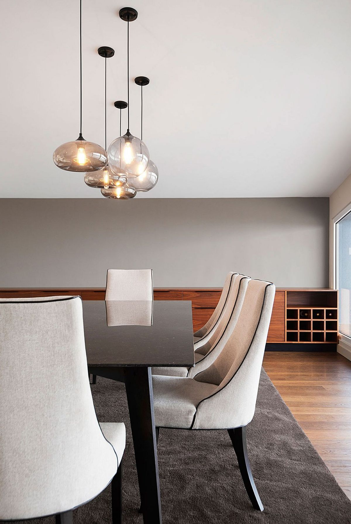 Glass pendant lights for the contemporary dining room
