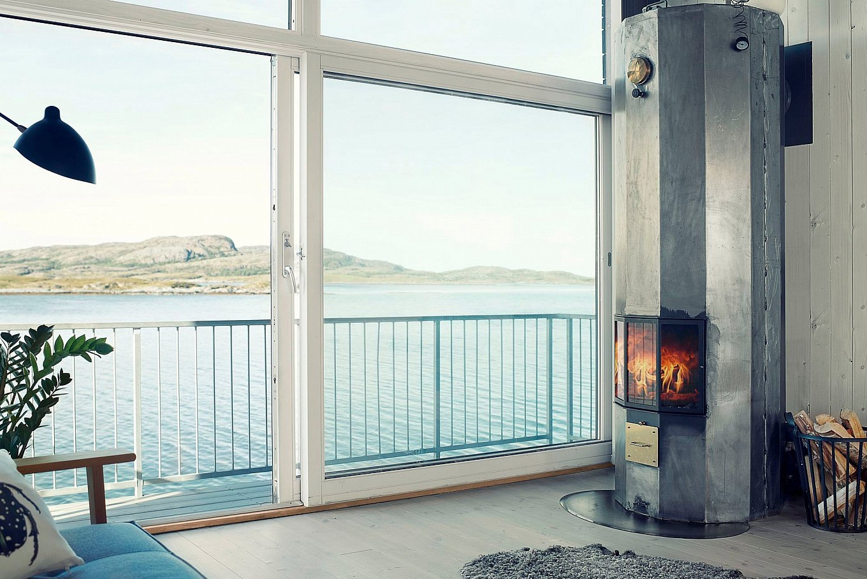 A cosy fireside corner inHadars Hus designed byAsante Architecture & Design. Photo byMarius Rua via Gessato.