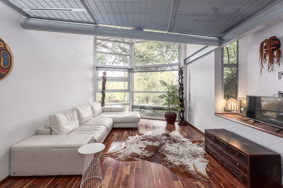 Living room in white with wooden flooring