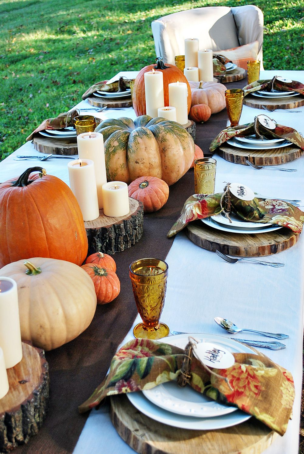 15 outdoor thanksgiving table settings for dining alfresco for Pictures of fall table decorations