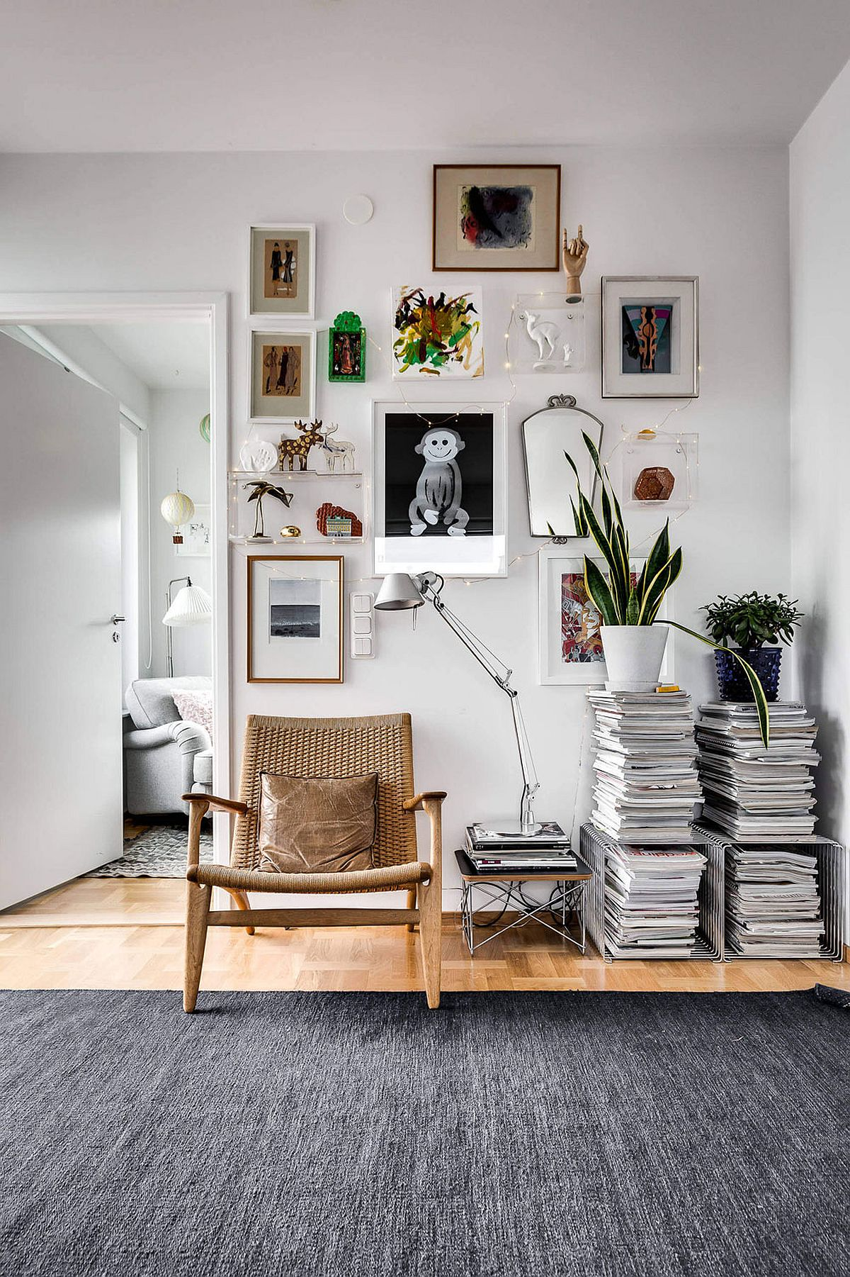 Nifty way to make use of the corner space with stacked books