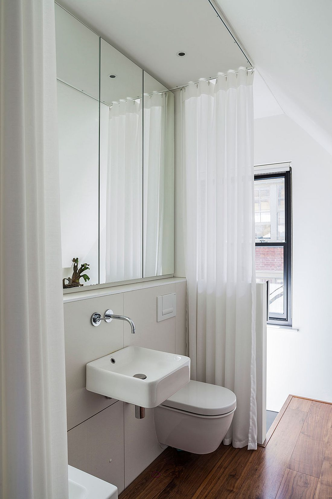 Small contemporary bathroom in white