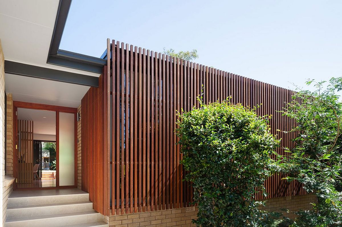 Vertical slatted timber elements give the street facade ample privacy