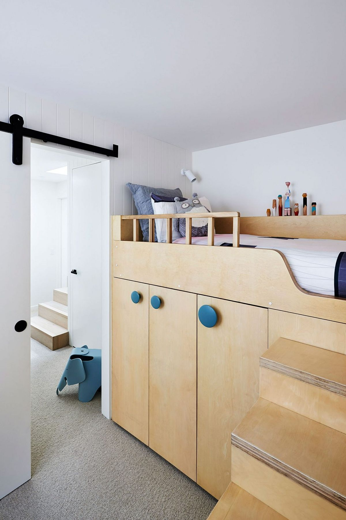 Beautiful and space-savvy loft bed idea for the modern kids' room