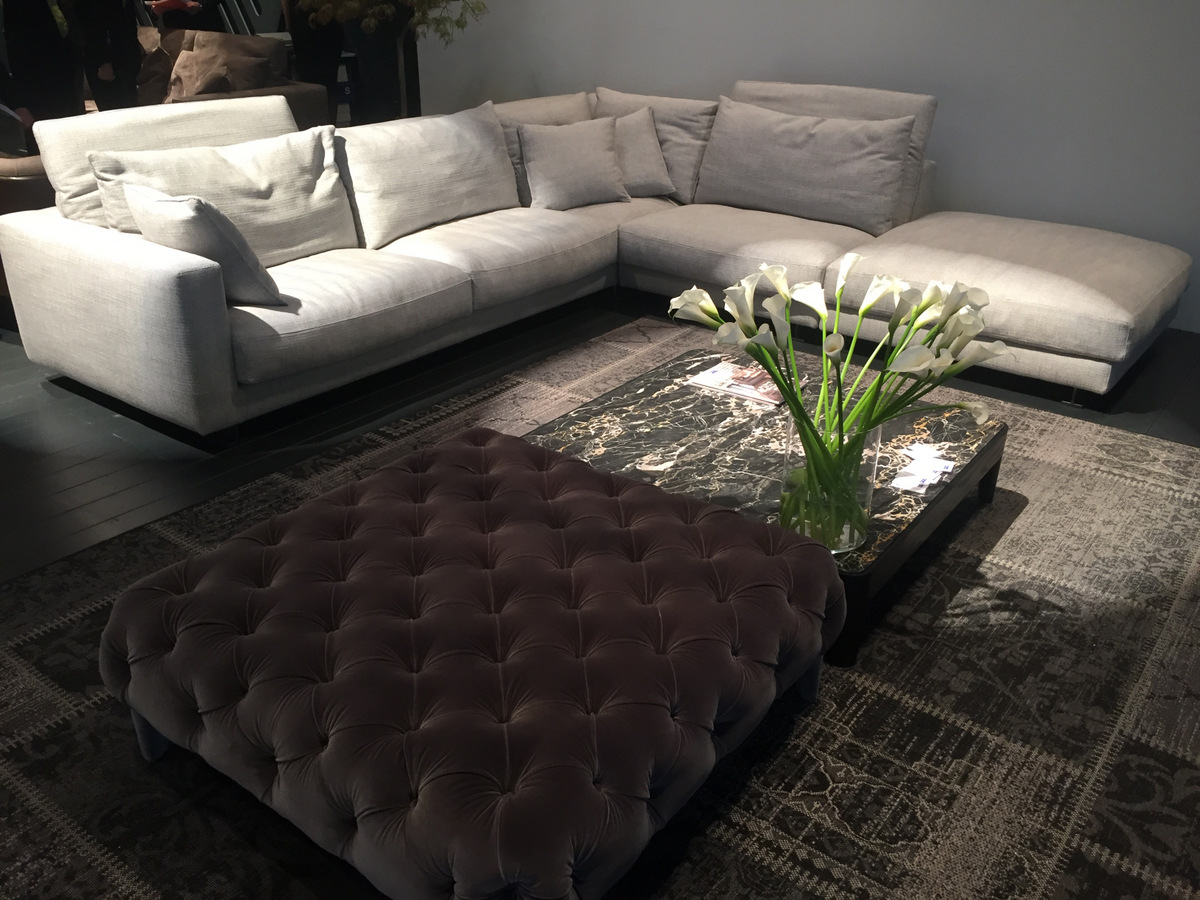 Calla lilies add drama and height to a low coffee table