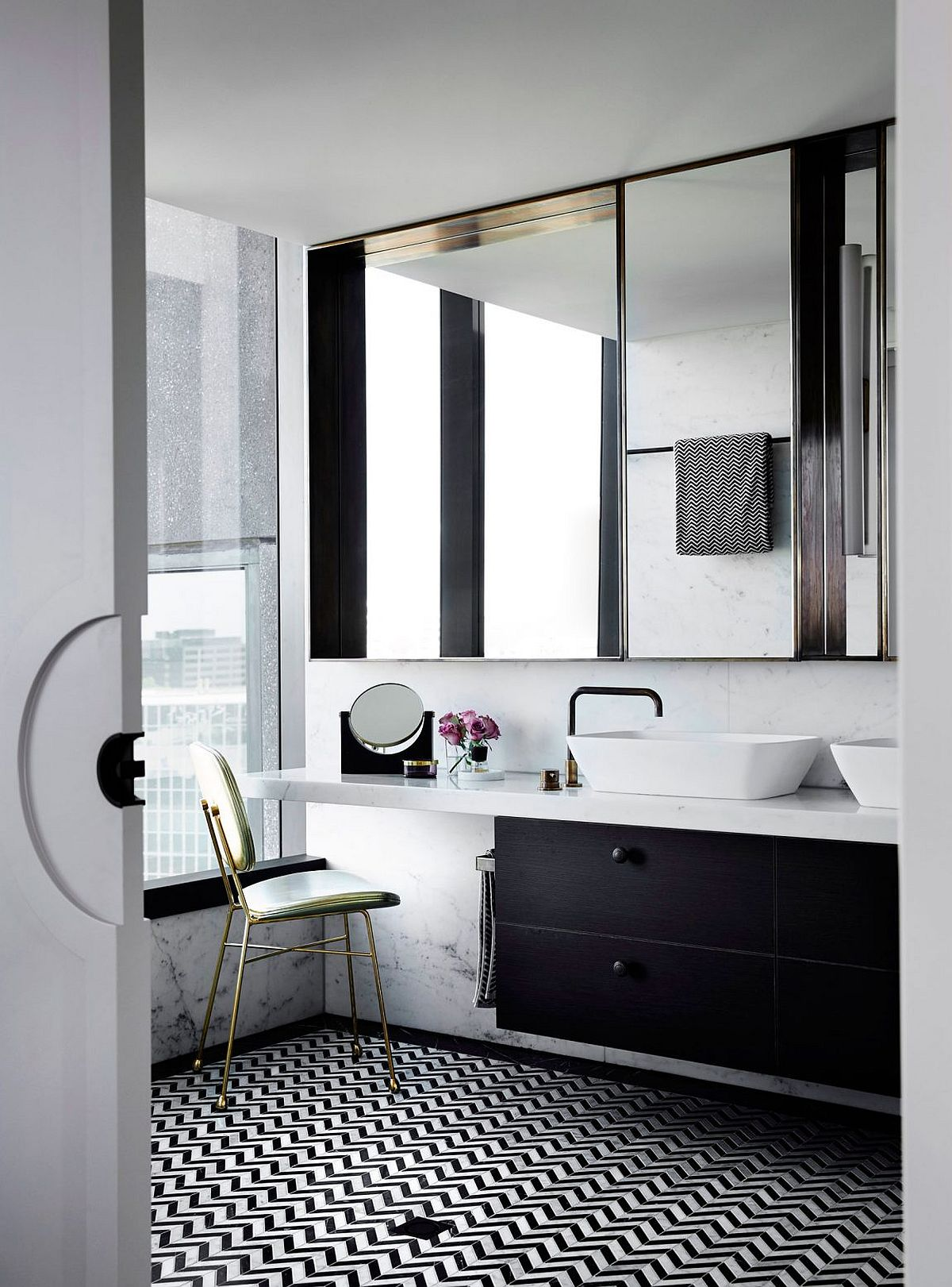 Contemporary bathroom in black and white