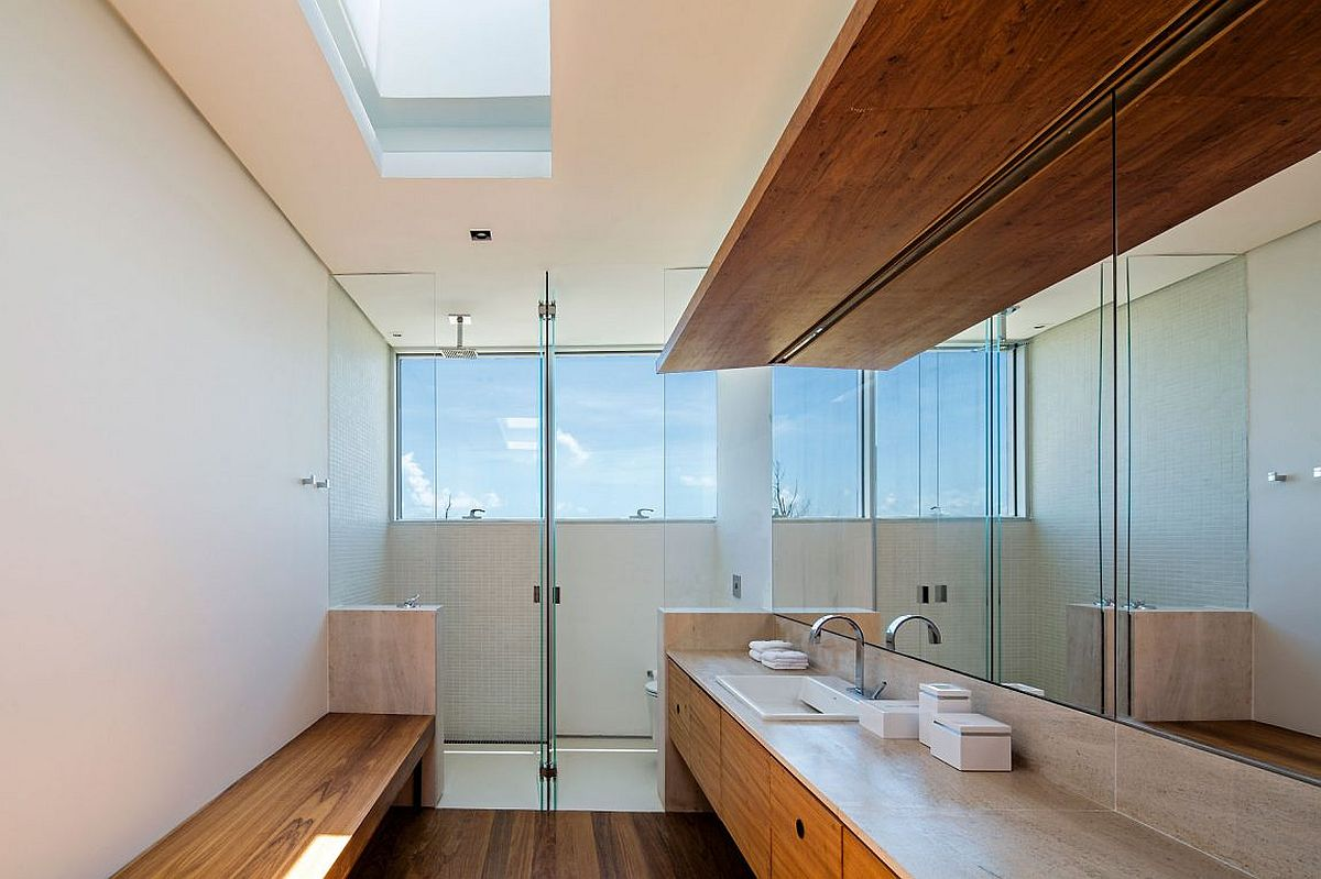 Contemporary bathroom of Casa TM in Brazil