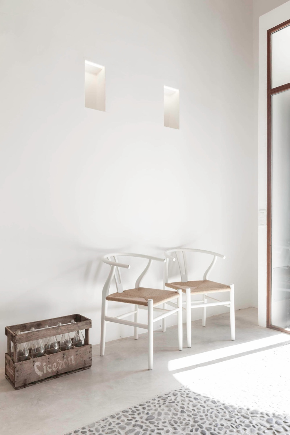 White CH24 Wishbone Chairs from sit with poise in thisFelanitx renovation byMunarqarchitects studio. Image©Gonçal Garciavia Munarq.