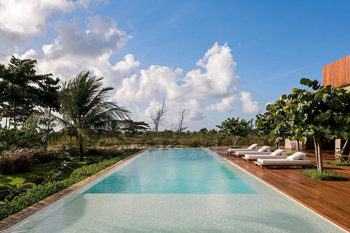 Relaxing pool and large deck of Casa TM