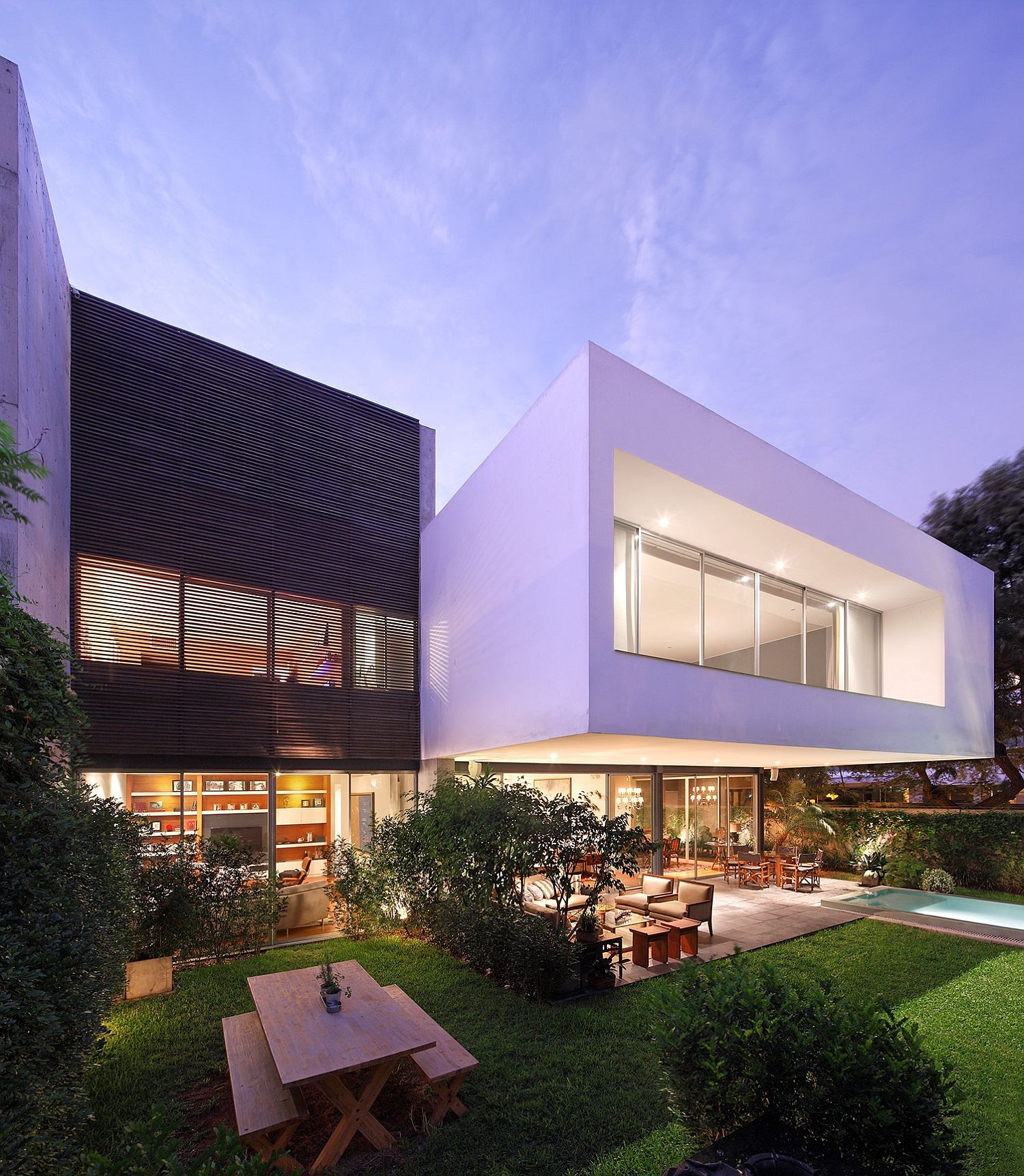 A Study in Crisp Contemporary Design: Exquisite House M in Lima