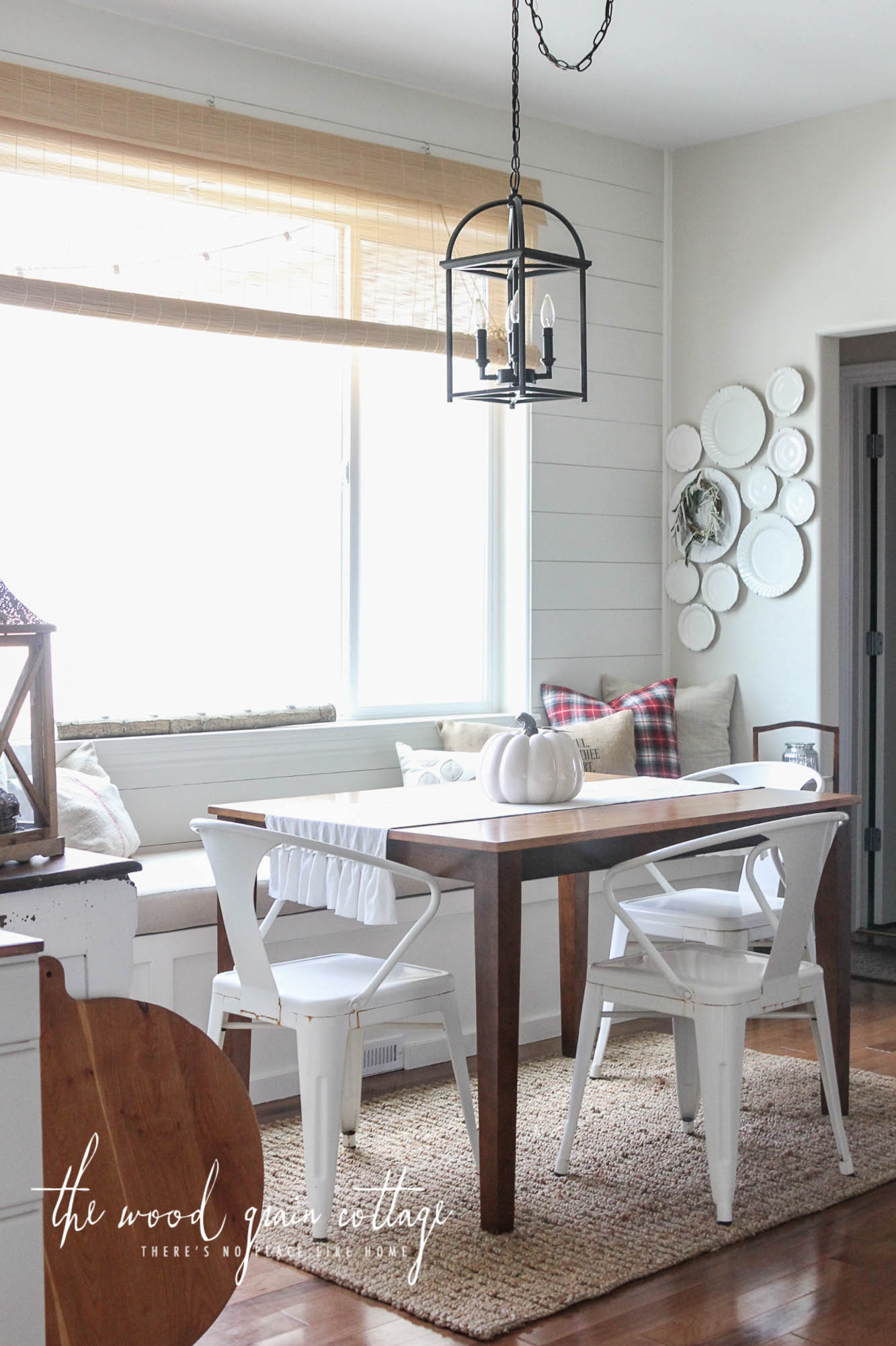Comfortable cottage banquette by the window