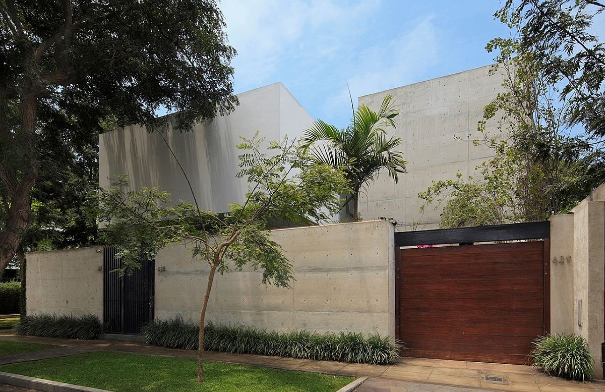 Elegant and minimal design of contemporary home on a lot next to public park in Lima