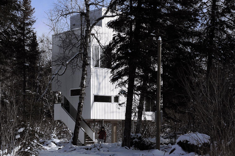 Ergonomic modern hideaway next to Lake Winnipeg in Canada