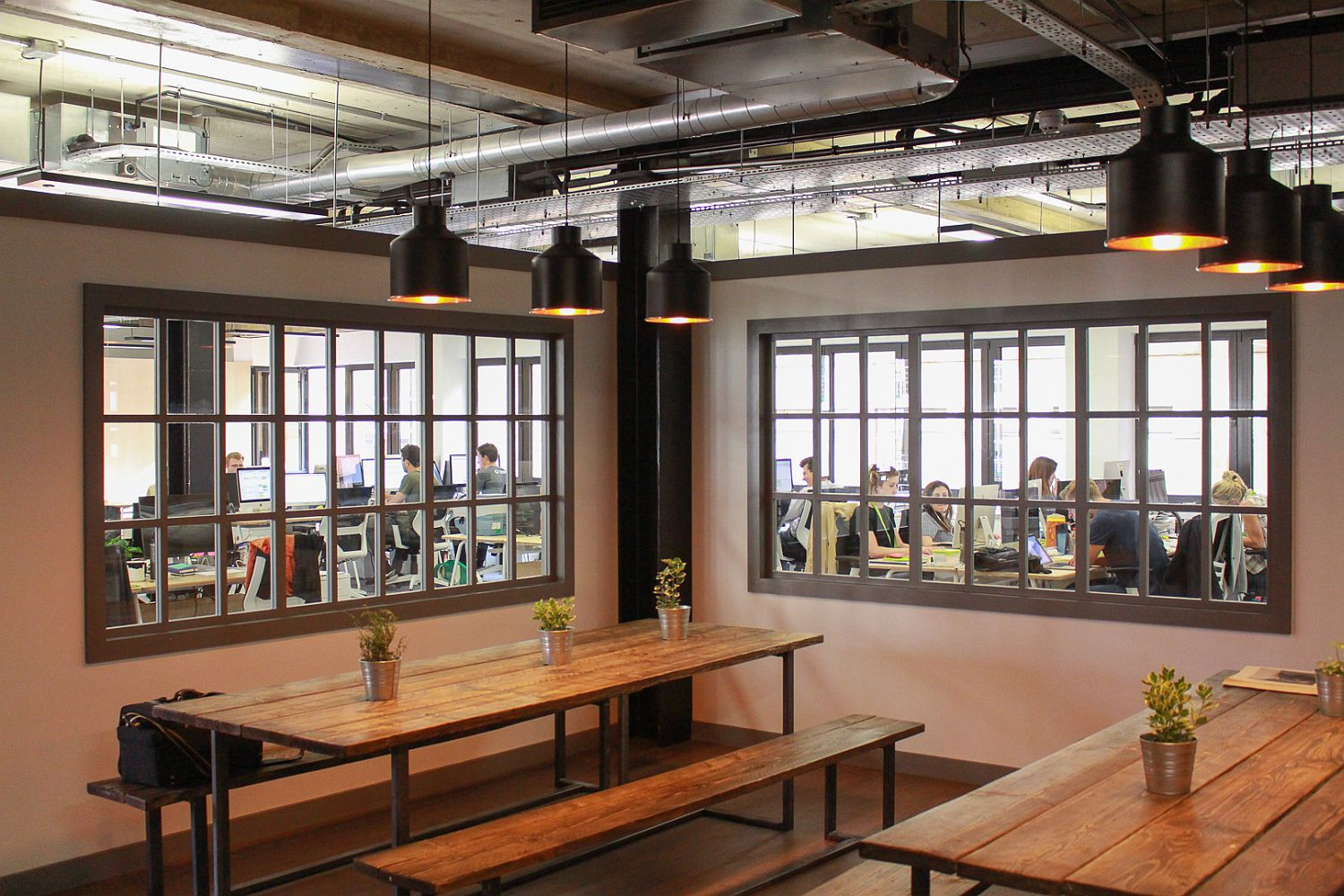 Informal and ergonomic design of the spaces inside the Seedrs Office