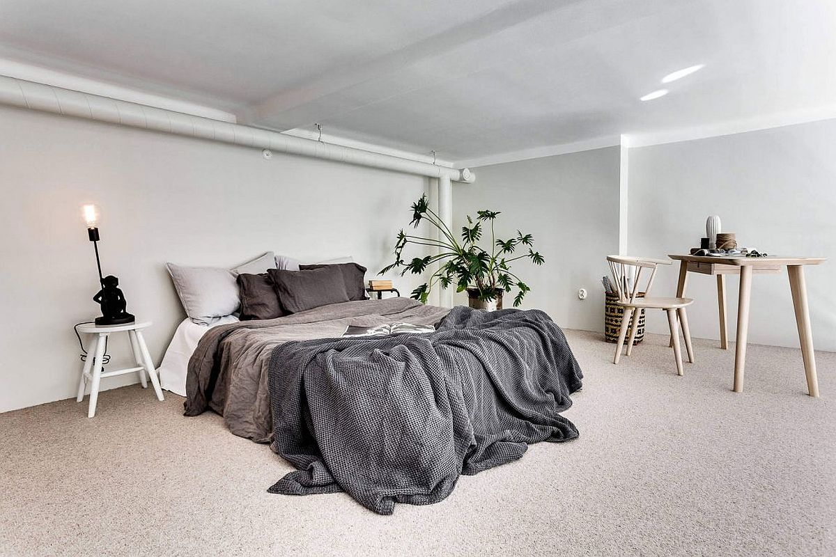 Mezzanine level bedroom with minimal-Scandinavian style and a cool workspace