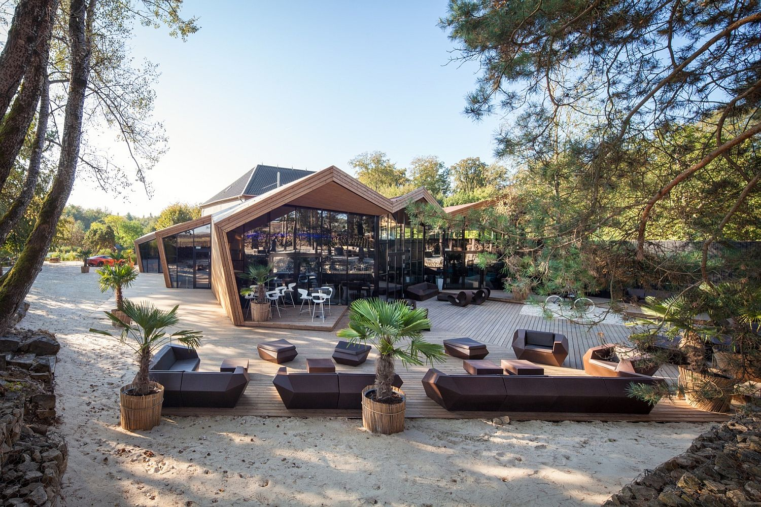 Outdoor-sitting-area-at-the-Boos-Beach-Club-Restaurant