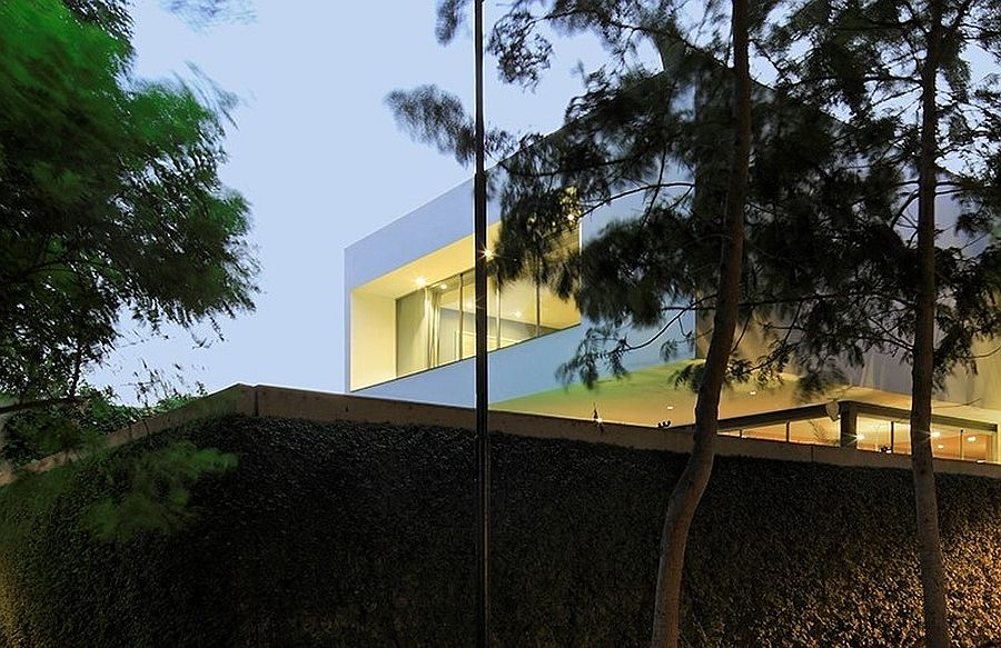Smart design of modern house in Lima offers complete privacy
