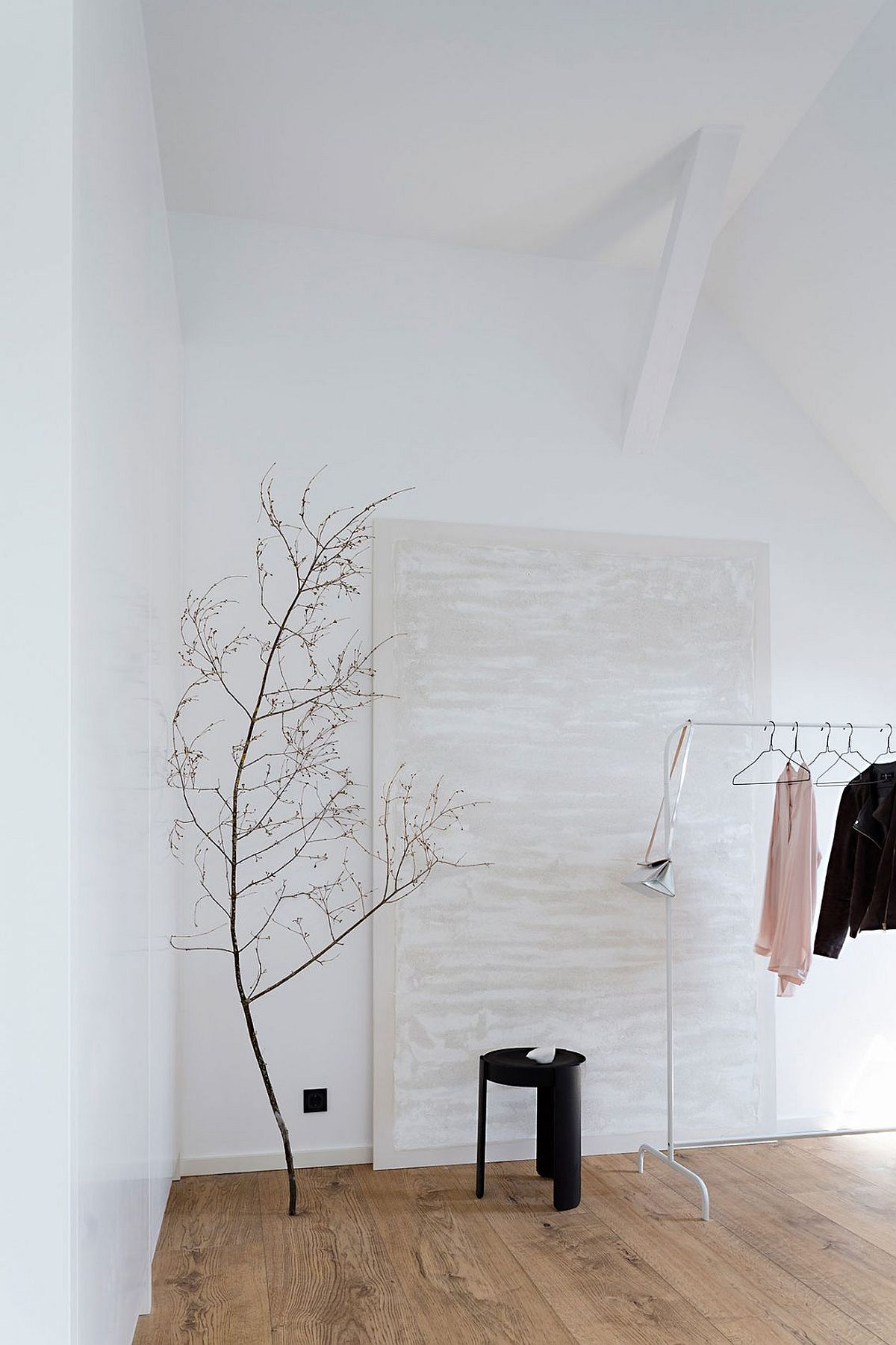 Stylish and simple way to decorate the bedroom corner with dried branches