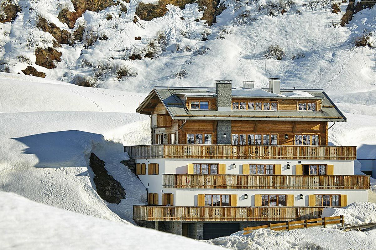 Traditional-chalet-meets-modern-luxury-at-Skyfall-Penthouse
